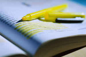 evidenziatore e libro
