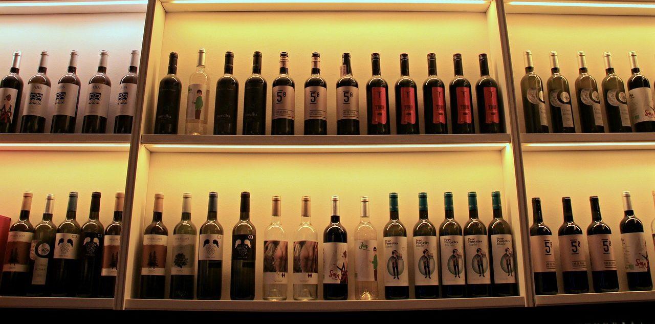 scaffale di bottiglie di vino